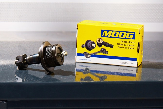 A MOOG ball joint laying next to a MOOG box.